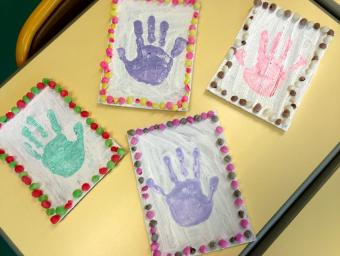 empreinte de main à la peinture et cadre en playmaïs (format mosaique) chez les PS en 2015